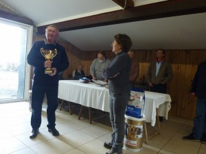 Robert reçoit le challenge Papy René es mains de la présidente Claudine Le Roux.
