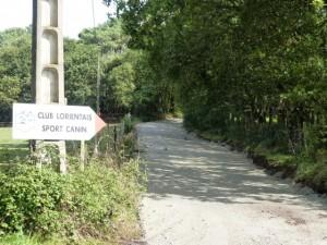 La strada qui mène au terrain.