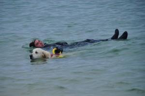 Ithaque ramène le nageur en difficulté sur la plage.