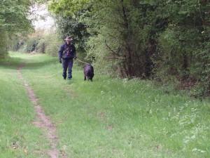 Darkos et Daniel, en pleine recherche sur un sentier printanier.