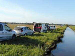 Pour rentrer dans les champs, il faut franchir les canaux sur des traverses le plus souvent constituées de poteaux électriques.
