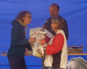 Jacqueline GOURIOU , recevant les félicitations du juge et de Sophie.