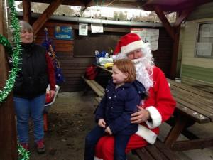 Avant de repartir, le Père Noël a volontiers fait la causette avec les plus bavards et bavardes.