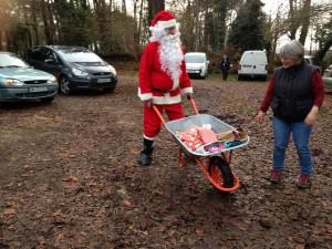 Le Père Noël et  sa légendaire brouette a, comme à l'accoutumée, traversé le bois de Kergornet sans encombre.