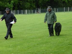 Johann, le commissaire aux concurrents, conduit l'équipe pour la mise en place de la suite.