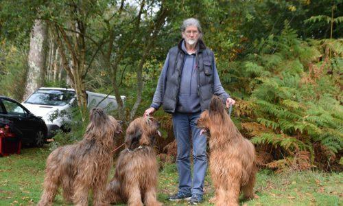 Jean-Claude entouré de Erianne, Tiska et Vulcane, ses inséparables bergers de Brie.